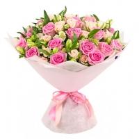 Нежные оттенки Состав букета: роза розовая- 19 шт,роза кустовая кремовая- 10 веток,альстромерия белая- 10 веток Оформление: светлый флизелин Размер: 60 см