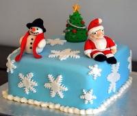 Торт У Деда Мороза Вес торта: 3 кг Заказывать торт необходимо за 3- 4 дня до момента доставки! Доставка торта возможна только по Киеву и области. Выберите начинку для торта: ФруктовыйНежный ванильный бисквит, пропитанный сахарным сиропом. Крем из натуральных, взбитых сливок с кусочками фруктов (персик, киви, ананас, груша, вишня, ягоды по сезону). Шоколадно-вишневыйШоколадный бисквит, пропитанный вишневым сиропом (по желанию с коньяком), взбитые сливки с вишней и кусочками шоколада. СметанникШоколадный и ванильный бисквит, сметанный крем (по желанию с добавлением орехов и кусочками шоколада). ЛакомкаТрадиционный белый бисквит, пропитанные карамельным сиропом, нежный крем из взбитых сливок с добавлением сгущенки-ириски с вишней. Птичье молоко Нежный бисквит(ванильный или шоколадный, на выбор), пропитанный ванильным сиропом. Крем— суфле птичье молоко скусочками белого ичерного шоколада. Золотой ключик Ореховый бисквит, пропитанный кофейным сиропом, крем на основе вареной сгущенки с жаренными грецкими орехами. ТрюфельныйШоколадный бисквит с кусочками шоколада, ромовая пропитка, шоколадно трюфельный крем с кусочками шоколада. Медовик Тонкие медовые коржи, сметанный крем, чернослив, курага игрецкий орех. (Можно без сухофруктов или на выбор).