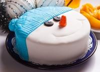 Торт Снеговик в шапке Вес торта: 2.5 кг Заказывать торт необходимо за 3- 4 дня до момента доставки! Доставка торта возможна только по Киеву и области. Выберите начинку для торта: ФруктовыйНежный ванильный бисквит, пропитанный сахарным сиропом. Крем из натуральных, взбитых сливок с кусочками фруктов (персик, киви, ананас, груша, вишня, ягоды по сезону). Шоколадно-вишневыйШоколадный бисквит, пропитанный вишневым сиропом (по желанию с коньяком), взбитые сливки с вишней и кусочками шоколада. СметанникШоколадный и ванильный бисквит, сметанный крем (по желанию с добавлением орехов и кусочками шоколада). ЛакомкаТрадиционный белый бисквит, пропитанные карамельным сиропом, нежный крем из взбитых сливок с добавлением сгущенки-ириски с вишней. Птичье молоко Нежный бисквит(ванильный или шоколадный, на выбор), пропитанный ванильным сиропом. Крем— суфле птичье молоко скусочками белого ичерного шоколада. Золотой ключик Ореховый бисквит, пропитанный кофейным сиропом, крем на основе вареной сгущенки с жаренными грецкими орехами. ТрюфельныйШоколадный бисквит с кусочками шоколада, ромовая пропитка, шоколадно трюфельный крем с кусочками шоколада. Медовик Тонкие медовые коржи, сметанный крем, чернослив, курага игрецкий орех. (Можно без сухофруктов или на выбор).