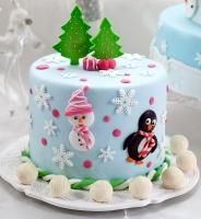 Торт Новогоднее счастье Вес торта: 3 кг Заказывать торт необходимо за 3- 4 дня до момента доставки! Доставка торта возможна только по Киеву и области. Выберите начинку для торта: ФруктовыйНежный ванильный бисквит, пропитанный сахарным сиропом. Крем из натуральных, взбитых сливок с кусочками фруктов (персик, киви, ананас, груша, вишня, ягоды по сезону). Шоколадно-вишневыйШоколадный бисквит, пропитанный вишневым сиропом (по желанию с коньяком), взбитые сливки с вишней и кусочками шоколада. СметанникШоколадный и ванильный бисквит, сметанный крем (по желанию с добавлением орехов и кусочками шоколада). ЛакомкаТрадиционный белый бисквит, пропитанные карамельным сиропом, нежный крем из взбитых сливок с добавлением сгущенки-ириски с вишней. Птичье молоко Нежный бисквит(ванильный или шоколадный, на выбор), пропитанный ванильным сиропом. Крем— суфле птичье молоко скусочками белого ичерного шоколада. Золотой ключик Ореховый бисквит, пропитанный кофейным сиропом, крем на основе вареной сгущенки с жаренными грецкими орехами. ТрюфельныйШоколадный бисквит с кусочками шоколада, ромовая пропитка, шоколадно трюфельный крем с кусочками шоколада. Медовик Тонкие медовые коржи, сметанный крем, чернослив, курага игрецкий орех. (Можно без сухофруктов или на выбор).