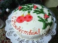 Торт С Рождеством Вес торта: 2.5 кг Заказывать торт необходимо за 3- 4 дня до момента доставки! Доставка торта возможна только по Киеву и области. Выберите начинку для торта: ФруктовыйНежный ванильный бисквит, пропитанный сахарным сиропом. Крем из натуральных, взбитых сливок с кусочками фруктов (персик, киви, ананас, груша, вишня, ягоды по сезону). Шоколадно-вишневыйШоколадный бисквит, пропитанный вишневым сиропом (по желанию с коньяком), взбитые сливки с вишней и кусочками шоколада. СметанникШоколадный и ванильный бисквит, сметанный крем (по желанию с добавлением орехов и кусочками шоколада). ЛакомкаТрадиционный белый бисквит, пропитанные карамельным сиропом, нежный крем из взбитых сливок с добавлением сгущенки-ириски с вишней. Птичье молоко Нежный бисквит(ванильный или шоколадный, на выбор), пропитанный ванильным сиропом. Крем— суфле птичье молоко скусочками белого ичерного шоколада. Золотой ключик Ореховый бисквит, пропитанный кофейным сиропом, крем на основе вареной сгущенки с жаренными грецкими орехами. ТрюфельныйШоколадный бисквит с кусочками шоколада, ромовая пропитка, шоколадно трюфельный крем с кусочками шоколада. Медовик Тонкие медовые коржи, сметанный крем, чернослив, курага игрецкий орех. (Можно без сухофруктов или на выбор).