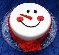 Торт  Улыбка снеговика Вес торта: 2.5 кг Заказывать торт необходимо за 3- 4 дня до момента доставки! Выберите начинку для торта: ФруктовыйНежный ванильный бисквит, пропитанный сахарным сиропом. Крем из натуральных, взбитых сливок с кусочками фруктов (персик, киви, ананас, груша, вишня, ягоды по сезону). Шоколадно-вишневыйШоколадный бисквит, пропитанный вишневым сиропом (по желанию с коньяком), взбитые сливки с вишней и кусочками шоколада. СметанникШоколадный и ванильный бисквит, сметанный крем (по желанию с добавлением орехов и кусочками шоколада). ЛакомкаТрадиционный белый бисквит, пропитанные карамельным сиропом, нежный крем из взбитых сливок с добавлением сгущенки-ириски с вишней. Птичье молоко Нежный бисквит(ванильный или шоколадный, на выбор), пропитанный ванильным сиропом. Крем— суфле птичье молоко скусочками белого ичерного шоколада. Золотой ключик Ореховый бисквит, пропитанный кофейным сиропом, крем на основе вареной сгущенки с жаренными грецкими орехами. ТрюфельныйШоколадный бисквит с кусочками шоколада, ромовая пропитка, шоколадно трюфельный крем с кусочками шоколада. Медовик Тонкие медовые коржи, сметанный крем, чернослив, курага игрецкий орех. (Можно без сухофруктов или на выбор).