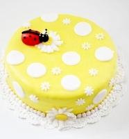 Торт Ромашки на лугу Вес торта: 3 кг Заказывать торт необходимо за 3- 4 дня до момента доставки! Выберите начинку для торта: ФруктовыйНежный ванильный бисквит, пропитанный сахарным сиропом. Крем из натуральных, взбитых сливок с кусочками фруктов (персик, киви, ананас, груша, вишня, ягоды по сезону). Шоколадно-вишневыйШоколадный бисквит, пропитанный вишневым сиропом (по желанию с коньяком), взбитые сливки с вишней и кусочками шоколада. СметанникШоколадный и ванильный бисквит, сметанный крем (по желанию с добавлением орехов и кусочками шоколада). ЛакомкаТрадиционный белый бисквит, пропитанные карамельным сиропом, нежный крем из взбитых сливок с добавлением сгущенки-ириски с вишней. Птичье молоко Нежный бисквит(ванильный или шоколадный, на выбор), пропитанный ванильным сиропом. Крем— суфле птичье молоко скусочками белого ичерного шоколада. Золотой ключик Ореховый бисквит, пропитанный кофейным сиропом, крем на основе вареной сгущенки с жаренными грецкими орехами. ТрюфельныйШоколадный бисквит с кусочками шоколада, ромовая пропитка, шоколадно трюфельный крем с кусочками шоколада. Медовик Тонкие медовые коржи, сметанный крем, чернослив, курага игрецкий орех. (Можно без сухофруктов или на выбор).