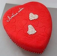 Торт Любимому Вес торта: 3 кг Заказывать торт необходимо за 3- 4 дня до момента доставки! Доставка торта возможна только по Киеву и области. Выберите начинку для торта: ФруктовыйНежный ванильный бисквит, пропитанный сахарным сиропом. Крем из натуральных, взбитых сливок с кусочками фруктов (персик, киви, ананас, груша, вишня, ягоды по сезону). Шоколадно-вишневыйШоколадный бисквит, пропитанный вишневым сиропом (по желанию с коньяком), взбитые сливки с вишней и кусочками шоколада. СметанникШоколадный и ванильный бисквит, сметанный крем (по желанию с добавлением орехов и кусочками шоколада). ЛакомкаТрадиционный белый бисквит, пропитанные карамельным сиропом, нежный крем из взбитых сливок с добавлением сгущенки-ириски с вишней. Птичье молоко Нежный бисквит(ванильный или шоколадный, на выбор), пропитанный ванильным сиропом. Крем— суфле птичье молоко скусочками белого ичерного шоколада. Золотой ключик Ореховый бисквит, пропитанный кофейным сиропом, крем на основе вареной сгущенки с жаренными грецкими орехами. ТрюфельныйШоколадный бисквит с кусочками шоколада, ромовая пропитка, шоколадно трюфельный крем с кусочками шоколада. Медовик Тонкие медовые коржи, сметанный крем, чернослив, курага игрецкий орех. (Можно без сухофруктов или на выбор).