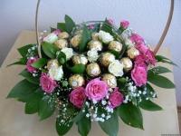 Корзина розы и конфеты Состав: конфеты Ferrero Rocher-16 шт роза кустовая розовая- 5 веток роза кустовая белая- 3 ветки гипсофила зелень декоративная корзинка Размер: 28 см