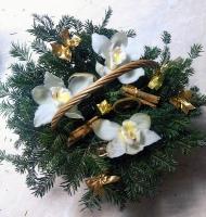 Новогодняя красота Состав: орхидея цимбидиум- 3 шт ветки живой ели флористический декор Размер: 26 см