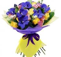 Колдовская ночь Состав букета: роза желтая- 10 шт, эустома розовая- 10 шт, роза розовая- 7 шт, орхидея ванда, декоративная зелень Размер: 50 см Оформление: желтый и сиреневый флизелин