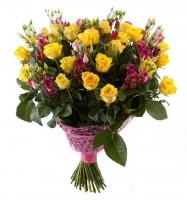 Безумная любовь Состав букета: роза желтая- 29 шт эустома розовая- 10 веток хиперикум красный- 10 веток Оформление: розовая сетка Размер: 60 см
