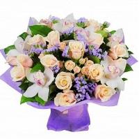 Нежность прикосновения Состав букета: роза кремовая-15 шт роза кустовая кремовая- 10 шт орхидея белая цимбидиум статица сиреневая- 5 веток Размер: 50 см