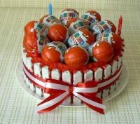 Шоколадный сюрприз Состав: печенье Датское- 1 коробка шоколад Киндер яйца шоколадные киндер- 13 шт свечи декоративные- 3 шт Размер: 22 см