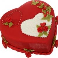 Торт Влюблённое сердце Вес торта: 3 кг Заказывать торт необходимо за 3- 4 дня до момента доставки! Выберите начинку для торта: ФруктовыйНежный ванильный бисквит, пропитанный сахарным сиропом. Крем из натуральных, взбитых сливок с кусочками фруктов (персик, киви, ананас, груша, вишня, ягоды по сезону). Шоколадно-вишневыйШоколадный бисквит, пропитанный вишневым сиропом (по желанию с коньяком), взбитые сливки с вишней и кусочками шоколада. СметанникШоколадный и ванильный бисквит, сметанный крем (по желанию с добавлением орехов и кусочками шоколада). ЛакомкаТрадиционный белый бисквит, пропитанные карамельным сиропом, нежный крем из взбитых сливок с добавлением сгущенки-ириски с вишней. Птичье молоко Нежный бисквит(ванильный или шоколадный, на выбор), пропитанный ванильным сиропом. Крем— суфле птичье молоко скусочками белого ичерного шоколада. Золотой ключик Ореховый бисквит, пропитанный кофейным сиропом, крем на основе вареной сгущенки с жаренными грецкими орехами. ТрюфельныйШоколадный бисквит с кусочками шоколада, ромовая пропитка, шоколадно трюфельный крем с кусочками шоколада. Медовик Тонкие медовые коржи, сметанный крем, чернослив, курага игрецкий орех. (Можно без сухофруктов или на выбор).