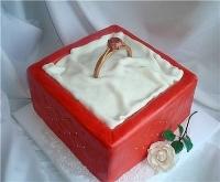 Торт Колечко для любимой Вес торта: 3 кг Заказывать торт необходимо за 3- 4 дня до момента доставки! Выберите начинку для торта: ФруктовыйНежный ванильный бисквит, пропитанный сахарным сиропом. Крем из натуральных, взбитых сливок с кусочками фруктов (персик, киви, ананас, груша, вишня, ягоды по сезону). Шоколадно-вишневыйШоколадный бисквит, пропитанный вишневым сиропом (по желанию с коньяком), взбитые сливки с вишней и кусочками шоколада. СметанникШоколадный и ванильный бисквит, сметанный крем (по желанию с добавлением орехов и кусочками шоколада). ЛакомкаТрадиционный белый бисквит, пропитанные карамельным сиропом, нежный крем из взбитых сливок с добавлением сгущенки-ириски с вишней. Птичье молоко Нежный бисквит(ванильный или шоколадный, на выбор), пропитанный ванильным сиропом. Крем— суфле птичье молоко скусочками белого ичерного шоколада. Золотой ключик Ореховый бисквит, пропитанный кофейным сиропом, крем на основе вареной сгущенки с жаренными грецкими орехами. ТрюфельныйШоколадный бисквит с кусочками шоколада, ромовая пропитка, шоколадно трюфельный крем с кусочками шоколада. Медовик Тонкие медовые коржи, сметанный крем, чернослив, курага и грецкий орех. (Можно без сухофруктов или на выбор).