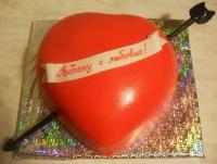 Торт Прямо в сердце Вес торта: 3 кг Заказывать торт необходимо за 3- 4 дня до момента доставки! Выберите начинку для торта: ФруктовыйНежный ванильный бисквит, пропитанный сахарным сиропом. Крем из натуральных, взбитых сливок с кусочками фруктов (персик, киви, ананас, груша, вишня, ягоды по сезону). Шоколадно-вишневыйШоколадный бисквит, пропитанный вишневым сиропом (по желанию с коньяком), взбитые сливки с вишней и кусочками шоколада. СметанникШоколадный и ванильный бисквит, сметанный крем (по желанию с добавлением орехов и кусочками шоколада). ЛакомкаТрадиционный белый бисквит, пропитанные карамельным сиропом, нежный крем из взбитых сливок с добавлением сгущенки-ириски с вишней. Птичье молоко Нежный бисквит(ванильный или шоколадный, на выбор), пропитанный ванильным сиропом. Крем— суфле птичье молоко скусочками белого ичерного шоколада. Золотой ключик Ореховый бисквит, пропитанный кофейным сиропом, крем на основе вареной сгущенки с жаренными грецкими орехами. ТрюфельныйШоколадный бисквит с кусочками шоколада, ромовая пропитка, шоколадно трюфельный крем с кусочками шоколада. Медовик Тонкие медовые коржи, сметанный крем, чернослив, курага и грецкий орех. (Можно без сухофруктов или на выбор).