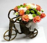 Велосипед с цветами Состав: роза- 10 шт хризантема белая и зелёная- 5 веток Основа: декоративный велосипед Размер: 27 х 27 см