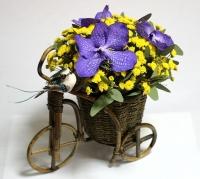 Маленький велосипед Состав: хризантема- 5 веток орхидея Ванда- 3 шт основа- велосипед декоративный   Размер: 23 см