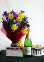 Торжественные минуты Состав подарка: букет цветов: ирисы- 7 шт, нарцисс- 9 шт, тюльпан- 10 шт, зелень Оформление: красный флизелин Размер: 50 см шампанское Артемовское- 1 бут торт - 1 кг