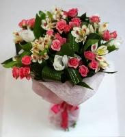 Букет нежных оттенков Состав: роза кустовая- 9 веток ирис белый- 5 шт альстромерия- 3 ветки декоративная зелень Оформление: розовый флизелин Размер: 50 см