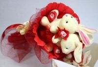 Букет из зайчиков Состав букета: мягкие игрушки- зайчики 18 см конфеты Raffaello- 6 шт флористический декор Размер: 28 х 50 см