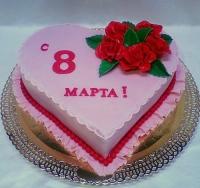 Торт Сердце для любимой Вес торта: 3 кгЗаказывать торт необходимо за 3- 4 дня до момента доставки!Доставка торта возможна только по Киеву и области.Выберите начинку для торта:ФруктовыйНежный ванильный бисквит, пропитанный сахарным сиропом. Крем из натуральных, взбитых сливок с кусочками фруктов (персик, киви, ананас, груша, вишня, ягоды по сезону).Шоколадно-вишневыйШоколадный бисквит, пропитанный вишневым сиропом (по желанию с коньяком), взбитые сливки с вишней и кусочками шоколада.СметанникШоколадный и ванильный бисквит, сметанный крем (по желанию с добавлением орехов и кусочками шоколада).ЛакомкаТрадиционный белый бисквит, пропитанные карамельным сиропом, нежный крем из взбитых сливок с добавлением сгущенки-ириски с вишней.Птичье молокоНежный бисквит(ванильный или шоколадный, на выбор), пропитанный ванильным сиропом. Крем — суфле птичье молоко с кусочками белого и черного шоколада.       Золотой ключикОреховый бисквит, пропитанный кофейным сиропом, крем на основе вареной сгущенки с жаренными грецкими орехами.ТрюфельныйШоколадный бисквит с кусочками шоколада, ромовая пропитка, шоколадно трюфельный крем с кусочками шоколада.МедовикТонкие медовые коржи, сметанный крем, чернослив, курага и грецкий орех. (Можно без сухофруктов или на выбор).