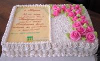 Торт Корпоративный 2 Вес торта: 6кгЗаказывать торт необходимо за 3- 4 дня до момента доставки!Доставка торта возможна только по Киеву и области.Выберите начинку для торта:ФруктовыйНежный ванильный бисквит, пропитанный сахарным сиропом. Крем из натуральных, взбитых сливок с кусочками фруктов (персик, киви, ананас, груша, вишня, ягоды по сезону).Шоколадно-вишневыйШоколадный бисквит, пропитанный вишневым сиропом (по желанию с коньяком), взбитые сливки с вишней и кусочками шоколада.СметанникШоколадный и ванильный бисквит, сметанный крем (по желанию с добавлением орехов и кусочками шоколада).ЛакомкаТрадиционный белый бисквит, пропитанные карамельным сиропом, нежный крем из взбитых сливок с добавлением сгущенки-ириски с вишней.Птичье молокоНежный бисквит(ванильный или шоколадный, на выбор), пропитанный ванильным сиропом. Крем — суфле птичье молоко с кусочками белого и черного шоколада.       Золотой ключикОреховый бисквит, пропитанный кофейным сиропом, крем на основе вареной сгущенки с жаренными грецкими орехами.ТрюфельныйШоколадный бисквит с кусочками шоколада, ромовая пропитка, шоколадно трюфельный крем с кусочками шоколада.МедовикТонкие медовые коржи, сметанный крем, чернослив, курага и грецкий орех. (Можно без сухофруктов или на выбор).
