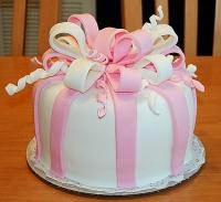 Торт Нежный сюрприз Вес торта: 3 кгЗаказывать торт необходимо за 3- 4 дня до момента доставки!Доставка торта возможна только по Киеву и области.Выберите начинку для торта:ФруктовыйНежный ванильный бисквит, пропитанный сахарным сиропом. Крем из натуральных, взбитых сливок с кусочками фруктов (персик, киви, ананас, груша, вишня, ягоды по сезону).Шоколадно-вишневыйШоколадный бисквит, пропитанный вишневым сиропом (по желанию с коньяком), взбитые сливки с вишней и кусочками шоколада.СметанникШоколадный и ванильный бисквит, сметанный крем (по желанию с добавлением орехов и кусочками шоколада).ЛакомкаТрадиционный белый бисквит, пропитанные карамельным сиропом, нежный крем из взбитых сливок с добавлением сгущенки-ириски с вишней.Птичье молокоНежный бисквит(ванильный или шоколадный, на выбор), пропитанный ванильным сиропом. Крем — суфле птичье молоко с кусочками белого и черного шоколада.       Золотой ключикОреховый бисквит, пропитанный кофейным сиропом, крем на основе вареной сгущенки с жаренными грецкими орехами.ТрюфельныйШоколадный бисквит с кусочками шоколада, ромовая пропитка, шоколадно трюфельный крем с кусочками шоколада.МедовикТонкие медовые коржи, сметанный крем, чернослив, курага и грецкий орех. (Можно без сухофруктов или на выбор).