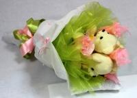 Букет Белые медвежата Состав букета: мягкие игрушки мишки- 3 шт размер мишки- 15 см конфеты Raffaello- 4 шт Размер букета: длина 50 см, диаметр 30 см