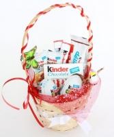 Корзинка с киндерами Состав: яйца- 2 шт, плитки шоколада- 1 упак, десерты Киндер- 3 шт, шоколадки киндер- 2 шт флористический декор Размер: 20 см
