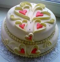 Торт Моя любовь Вес торта: 5 кг Заказывать торт необходимо за 3- 4 дня до момента доставки! Доставка торта возможна только по Киеву и области. Выберите начинку для торта: ФруктовыйНежный ванильный бисквит, пропитанный сахарным сиропом. Крем из натуральных, взбитых сливок с кусочками фруктов (персик, киви, ананас, груша, вишня, ягоды по сезону). Шоколадно-вишневыйШоколадный бисквит, пропитанный вишневым сиропом (по желанию с коньяком), взбитые сливки с вишней и кусочками шоколада. СметанникШоколадный и ванильный бисквит, сметанный крем (по желанию с добавлением орехов и кусочками шоколада). ЛакомкаТрадиционный белый бисквит, пропитанные карамельным сиропом, нежный крем из взбитых сливок с добавлением сгущенки-ириски с вишней. Птичье молоко Нежный бисквит(ванильный или шоколадный, на выбор), пропитанный ванильным сиропом. Крем— суфле птичье молоко скусочками белого ичерного шоколада. Золотой ключик Ореховый бисквит, пропитанный кофейным сиропом, крем на основе вареной сгущенки с жаренными грецкими орехами. ТрюфельныйШоколадный бисквит с кусочками шоколада, ромовая пропитка, шоколадно трюфельный крем с кусочками шоколада. Медовик Тонкие медовые коржи, сметанный крем, чернослив, курага и грецкий орех. (Можно без сухофруктов или на выбор)