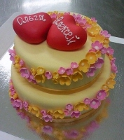 Торт Сердечки Вес торта: 5.5 кг Заказывать торт необходимо за 3- 4 дня до момента доставки! Доставка торта возможна только по Киеву и области. Выберите начинку для торта: ФруктовыйНежный ванильный бисквит, пропитанный сахарным сиропом. Крем из натуральных, взбитых сливок с кусочками фруктов (персик, киви, ананас, груша, вишня, ягоды по сезону). Шоколадно-вишневыйШоколадный бисквит, пропитанный вишневым сиропом (по желанию с коньяком), взбитые сливки с вишней и кусочками шоколада. СметанникШоколадный и ванильный бисквит, сметанный крем (по желанию с добавлением орехов и кусочками шоколада). ЛакомкаТрадиционный белый бисквит, пропитанные карамельным сиропом, нежный крем из взбитых сливок с добавлением сгущенки-ириски с вишней. Птичье молоко Нежный бисквит(ванильный или шоколадный, на выбор), пропитанный ванильным сиропом. Крем— суфле птичье молоко скусочками белого ичерного шоколада. Золотой ключик Ореховый бисквит, пропитанный кофейным сиропом, крем на основе вареной сгущенки с жаренными грецкими орехами. ТрюфельныйШоколадный бисквит с кусочками шоколада, ромовая пропитка, шоколадно трюфельный крем с кусочками шоколада. Медовик Тонкие медовые коржи, сметанный крем, чернослив, курага и грецкий орех. (Можно без сухофруктов или на выбор)
