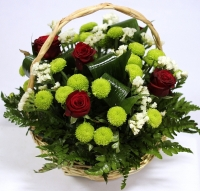 Зелёная полянка Состав: роза красная- 5 шт хризантема зелёная- 3 ветки статица белая- 2 ветки декоративная зелень корзинка Размер: 25 см
