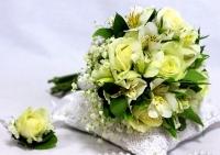 Букет невесты № 165 Состав букета:  роза- 5 шт альстромерия- 5 веток гипсофила декоративная зелень  Бутоньерка для жениха в подарок!