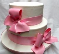 Торт Розовые банты Вес торта: 5 кг Заказывать торт необходимо за 3- 4 дня до момента доставки! Доставка торта возможна только по Киеву и области. Выберите начинку для торта: ФруктовыйНежный ванильный бисквит, пропитанный сахарным сиропом. Крем из натуральных, взбитых сливок с кусочками фруктов (персик, киви, ананас, груша, вишня, ягоды по сезону). Шоколадно-вишневыйШоколадный бисквит, пропитанный вишневым сиропом (по желанию с коньяком), взбитые сливки с вишней и кусочками шоколада. СметанникШоколадный и ванильный бисквит, сметанный крем (по желанию с добавлением орехов и кусочками шоколада). ЛакомкаТрадиционный белый бисквит, пропитанные карамельным сиропом, нежный крем из взбитых сливок с добавлением сгущенки-ириски с вишней. Птичье молоко Нежный бисквит(ванильный или шоколадный, на выбор), пропитанный ванильным сиропом. Крем— суфле птичье молоко скусочками белого ичерного шоколада. Золотой ключик Ореховый бисквит, пропитанный кофейным сиропом, крем на основе вареной сгущенки с жаренными грецкими орехами. ТрюфельныйШоколадный бисквит с кусочками шоколада, ромовая пропитка, шоколадно трюфельный крем с кусочками шоколада. Медовик Тонкие медовые коржи, сметанный крем, чернослив, курага и грецкий орех. (Можно без сухофруктов или на выбор).