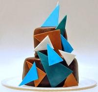 Торт Геометрия Вес торта: 5 кг Заказывать торт необходимо за 3- 4 дня до момента доставки! Доставка торта возможна только по Киеву и области. Выберите начинку для торта: ФруктовыйНежный ванильный бисквит, пропитанный сахарным сиропом. Крем из натуральных, взбитых сливок с кусочками фруктов (персик, киви, ананас, груша, вишня, ягоды по сезону). Шоколадно-вишневыйШоколадный бисквит, пропитанный вишневым сиропом (по желанию с коньяком), взбитые сливки с вишней и кусочками шоколада. СметанникШоколадный и ванильный бисквит, сметанный крем (по желанию с добавлением орехов и кусочками шоколада). ЛакомкаТрадиционный белый бисквит, пропитанные карамельным сиропом, нежный крем из взбитых сливок с добавлением сгущенки-ириски с вишней. Птичье молоко Нежный бисквит(ванильный или шоколадный, на выбор), пропитанный ванильным сиропом. Крем— суфле птичье молоко скусочками белого ичерного шоколада. Золотой ключик Ореховый бисквит, пропитанный кофейным сиропом, крем на основе вареной сгущенки с жаренными грецкими орехами. ТрюфельныйШоколадный бисквит с кусочками шоколада, ромовая пропитка, шоколадно трюфельный крем с кусочками шоколада. Медовик Тонкие медовые коржи, сметанный крем, чернослив, курага и грецкий орех. (Можно без сухофруктов или на выбор).