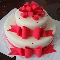 Торт Красные бантики Вес торта: 5 кг Заказывать торт необходимо за 3- 4 дня до момента доставки! Доставка торта возможна только по Киеву и области. Выберите начинку для торта: ФруктовыйНежный ванильный бисквит, пропитанный сахарным сиропом. Крем из натуральных, взбитых сливок с кусочками фруктов (персик, киви, ананас, груша, вишня, ягоды по сезону). Шоколадно-вишневыйШоколадный бисквит, пропитанный вишневым сиропом (по желанию с коньяком), взбитые сливки с вишней и кусочками шоколада. СметанникШоколадный и ванильный бисквит, сметанный крем (по желанию с добавлением орехов и кусочками шоколада). ЛакомкаТрадиционный белый бисквит, пропитанные карамельным сиропом, нежный крем из взбитых сливок с добавлением сгущенки-ириски с вишней. Птичье молоко Нежный бисквит(ванильный или шоколадный, на выбор), пропитанный ванильным сиропом. Крем— суфле птичье молоко скусочками белого ичерного шоколада. Золотой ключик Ореховый бисквит, пропитанный кофейным сиропом, крем на основе вареной сгущенки с жаренными грецкими орехами. ТрюфельныйШоколадный бисквит с кусочками шоколада, ромовая пропитка, шоколадно трюфельный крем с кусочками шоколада. Медовик Тонкие медовые коржи, сметанный крем, чернослив, курага и грецкий орех. (Можно без сухофруктов или на выбор).