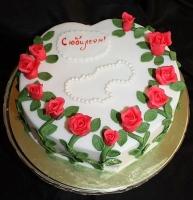 Торт на юбилей Вес торта: 3 кг Заказывать торт необходимо за 3- 4 дня до момента доставки! Доставка торта возможна только по Киеву и области. Выберите начинку для торта: ФруктовыйНежный ванильный бисквит, пропитанный сахарным сиропом. Крем из натуральных, взбитых сливок с кусочками фруктов (персик, киви, ананас, груша, вишня, ягоды по сезону). Шоколадно-вишневыйШоколадный бисквит, пропитанный вишневым сиропом (по желанию с коньяком), взбитые сливки с вишней и кусочками шоколада. СметанникШоколадный и ванильный бисквит, сметанный крем (по желанию с добавлением орехов и кусочками шоколада). ЛакомкаТрадиционный белый бисквит, пропитанные карамельным сиропом, нежный крем из взбитых сливок с добавлением сгущенки-ириски с вишней. Птичье молоко Нежный бисквит(ванильный или шоколадный, на выбор), пропитанный ванильным сиропом. Крем— суфле птичье молоко скусочками белого ичерного шоколада. Золотой ключик Ореховый бисквит, пропитанный кофейным сиропом, крем на основе вареной сгущенки с жаренными грецкими орехами. ТрюфельныйШоколадный бисквит с кусочками шоколада, ромовая пропитка, шоколадно трюфельный крем с кусочками шоколада. Медовик Тонкие медовые коржи, сметанный крем, чернослив, курага и грецкий орех. (Можно без сухофруктов или на выбор).
