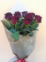 Красные розы в бумаге Состав букета: роза украинская красная- 13 шт Размер: 60 см Оформление: флористическая бумага