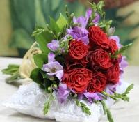 Букет невесты № 319 Состав букета: роза красная- 7 шт, фрезия - 10 шт Букет выполнен на своих собственных стеблях.  Бутоньерка для жениха в подарок!