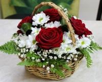 Летний дождь Состав корзины: роза красная- 5 шт хризантема белая- 2 ветки гипсофила декоративная зелень Размер: 23 см