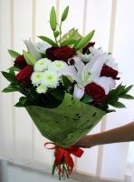 Пламя огня Состав букета: роза красная- 9 шт лилия белая- 1 ветка хризантема белая- 3 шт декоративная зелень Оформление: зеленый флизелин