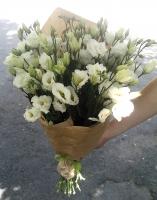 Букет Весна Состав букета: эустома белая- 19 веток Оформление: флористическая бумага