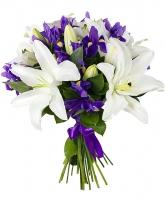 Торжество Состав букета: ирис синий- 10 шт лилия белая- 34 ветки декоративная зелень Размер: 50 см Оформление: лента флористическая