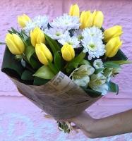 Маленькой принцессе Состав букета: тюльпан желтый- 10 шт хризантема розовая- 3 шт альстромерия- 4 шт декоративная зелень Размер: 45 см Оформление: флористическая бумага