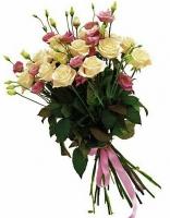 Клубничный шейк Состав корзины: роза украинская кремовая- 15 шт эустома розовая- 10 веток Оформление: лента флористическая Размер: 60 см