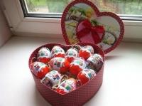Киндеры в коробочке Состав: шоколадные яйца Киндер- 11 шт коробочка подарочная в форме сердца