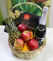 Корзина конфеты и фрукты Состав корзины:  шампанское Советское- 1 бут конфеты Корона De Luxe черный шоколад, 216г- 1 коробка яблоки- 1 кг апельсины- 1кг ананас-1 шт