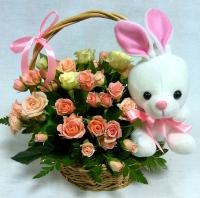 Розочки и зайчик Состав: роза кустовая розовая - 9 веток, зелень мягкая игрушка зайчик- 1 шт Размер игрушки: 18 см Корзинка маленькая