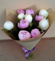 Букет пионов Состав букета: пионы белые и розовые - 11 шт Оформление: бумага флористическая