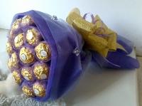 Маленькое чудо Состав:  конфеты Ferrero Rocher- 15 шт флористический декор Ручной букет из конфет Размер: длина 30 см