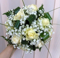 Букет невесты № 132 Состав букета: роза- 9 шт, гипсофила, зелень, партбукетник.  Бутоньерка для жениха в подарок!