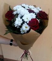 Мальвина Состав букета: роза- 6 шт, хризантема- 3 ветки, зелень Оформление: бумага Размер: 60 см Отличный букетик к любому торжеству.